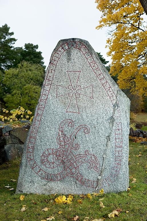 Runes written on runsten, finkornig granit. Date: V